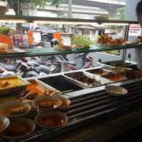 Photo prise au Pagi Sore (Masakan Padang) par Nindita U. le12/16/2017