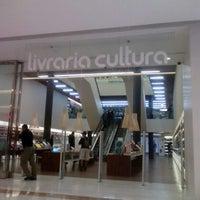 Foto tirada no(a) Livraria Cultura por Lidia C. em 5/1/2014