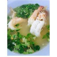 Photo taken at ข้าวต้มปลาเมืองชล by Fahway on 4/21/2014