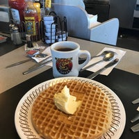 Photo taken at Waffle House by Marimar C. on 11/24/2017