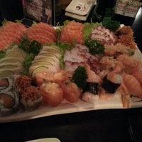 11/1/2012 tarihinde Thiago r.ziyaretçi tarafından Hakka Sushi'de çekilen fotoğraf