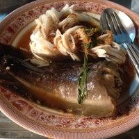 Photo taken at ขนมจีนน้ำยา | ตลาดซอย2 ตอนเย็น by Onusa S. on 12/9/2014
