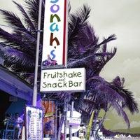 Foto diambil di Jonah's Fruitshake and Snackbar oleh Faye pada 5/20/2013