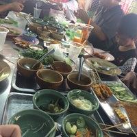 Photo taken at ขนมจีนเส้นสด เมืองคอน หน้าเรือนจำ by Chaicharoen P. on 10/19/2016