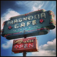 Foto scattata a Magnolia Cafe South da Bryan F. il 7/28/2013