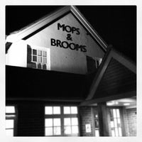 Photo prise au The Mops & Brooms par Andrew W. le4/20/2012