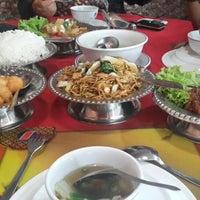 Photo taken at Sintawang Seafood Restaurant by shantie s. on 9/19/2014