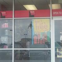 Foto tomada en Sally's Beauty Supply por Shasta el 7/19/2014