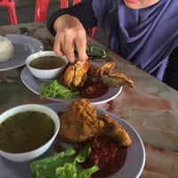 Photo taken at Warong Baroka (Pecal Lele & Pecal Ayam) by Ainie A. on 3/31/2016