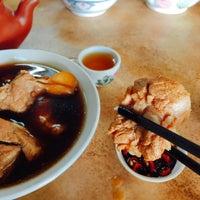 Photo taken at Restoran Hwa Mei 美华肉骨茶 by Sapasapa C. on 8/20/2017