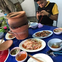 Photo taken at ส้มตำซอยอร่อยจัง by Akikotvxq on 8/12/2017