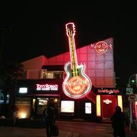Photo taken at Hard Rock Cafe Tokyo by Alyaa N. on 1/13/2013