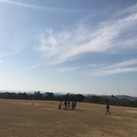 Photo taken at ともやま園地 芝生広場展望台 by Hironari O. on 3/12/2017