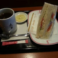 Photo taken at Caffé Veloce by 猪狩 秀. on 11/12/2013
