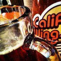 Foto tomada en California Wings and Beer por Carlos Yasser C. el 10/2/2012