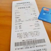 Photo taken at Starbucks by 서초동총각 on 1/16/2017