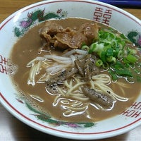 Photo taken at ラーメン東大 応神店 by だれか ど. on 6/25/2016