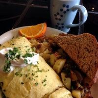 Foto tomada en Bridges Cafe & Catering por Polly el 2/8/2014
