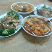 Photo taken at Golden Hill Vegetarian Restaurant (金山素食館) by Eanling L. on 1/23/2014