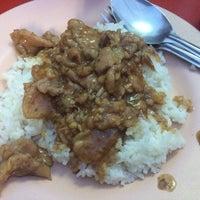 Photo taken at อาหารตามสั่ง ลุงอ้วน หน้า รร.ดารา by Pui S. on 8/4/2016