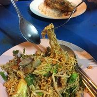 Photo taken at อาหารตามสั่ง ลุงอ้วน หน้า รร.ดารา by Pui S. on 12/1/2016