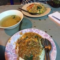 Photo taken at อาหารตามสั่ง ลุงอ้วน หน้า รร.ดารา by Pui S. on 11/28/2016