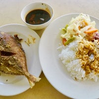 Photo taken at Restoran Nelayan Terapung Ujung Batu by Azam I. on 3/16/2018