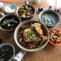 Photo taken at Kiang Kee Bak Kut Teh 强记肉骨茶 by Ken O. on 11/27/2016