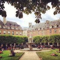 8/17/2013 tarihinde Hudson B.ziyaretçi tarafından Place des Vosges'de çekilen fotoğraf