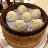 Photo taken at Ding Tai Fung Shanghai Dim Sum 鼎泰豐 by Vikki L. on 10/26/2012