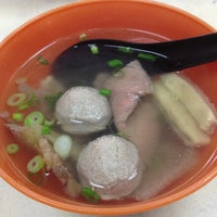 Photo taken at Restoran Soong Kee Beef Ball Noodle (颂记牛肉丸粉) by Aaron W. on 3/30/2013