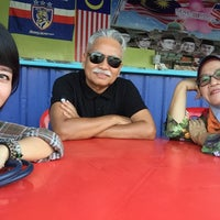 Photo taken at Warung Pak Usop by pari_pari88 on 10/10/2014