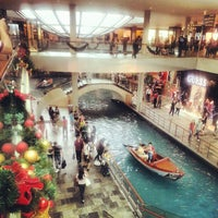 Foto scattata a The Shoppes At Marina Bay Sands da Indra P. il 12/23/2012