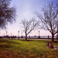 Foto tirada no(a) Nelson A. Rockefeller Park por Paul R. em 4/27/2013