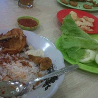 Photo taken at Nasi Uduk & Ayam Goreng Toha by Novi A. on 1/26/2014