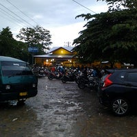 Photo taken at Rumah Makan Gajah Indah by Bungong N. on 10/3/2014