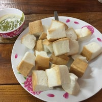 Photo taken at ป้าแอ๊ะ นมสด ขนมปังสังขยา by Kan L. on 8/21/2017