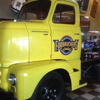 Photo taken at Fuddruckers by Daniel S. on 2/14/2013