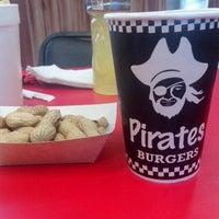 Foto tomada en Pirates Burgers por Tess T. el 4/18/2014