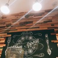 Снимок сделан в Bon App Cafe & Bar пользователем Daria 8/4/2017