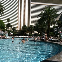Photo prise au The Mirage Pool & Cabanas par Lyle H. le10/14/2012