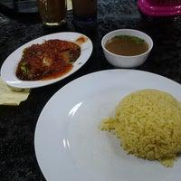 Photo taken at Restoran Tat Nasi Ayam by Mat_Deris on 4/13/2013