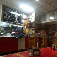 Foto tirada no(a) T. Anthony's Pizzeria por Kit K. em 12/5/2017