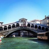 Foto tomada en Ponte di Rialto por Yuri V. el 3/21/2013