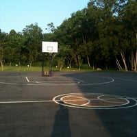 Photo taken at Basketball court stinger SPS by Rainanda U. on 4/13/2013