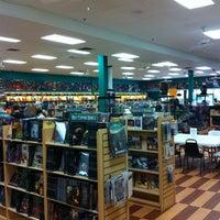 รูปภาพถ่ายที่ Dragon's Lair Comics & Fantasy โดย J.D. A. เมื่อ 6/9/2013