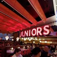 Foto tirada no(a) Junior's Restaurant por Ian L. em 4/14/2018