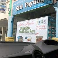 Photo taken at Kek Lapis Sarawak - Siti Payung by Morni A. on 7/2/2016