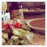 รูปภาพถ่ายที่ El Comal Mexican Restaurant โดย Leslie G. เมื่อ 6/20/2013