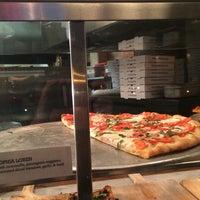 Das Foto wurde bei Williamsburg Pizza von Viviana am 9/21/2014 aufgenommen